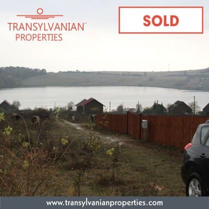 SOLD: Land (445 m²) near a lake in Besenyő (Padureni) - Transylvania | Price: 4700 Euro